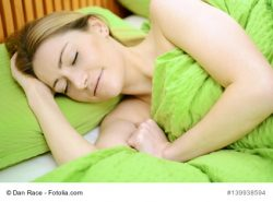 Frau schlft in Bett zur Erholung und Entspannung